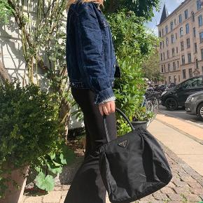 Vintage Prada håndtaske, i super god stand  Bud modtages gerne.  Købt vintage for omkring 2000 Kan afhentes på Østerbro men sender også gerne :)