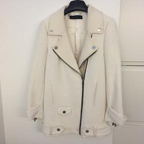 Brugt 2 gange, så jakken er næsten som ny! Byd! 😊