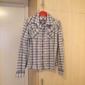 Sælger den ONLY skjorte. Det er str. M. Brugt få gange. Kommer fra et ikke ryger hjem. Afhentes i 2990 Nivå eller sendes mod betaling