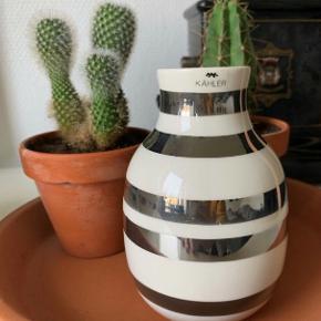 Sælger denne smukke Kähler Omaggio vase hvid/sølv - 12,5 cm (H) & 8,5 cm (D). Ingen tegn på slid eller lign.  - Fragt kommer oveni prisen. - Sælger også den mellemstore vase (se anden annonce)