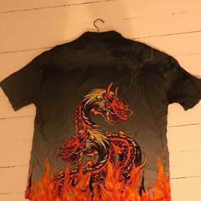 Helt ny drage skjorte fra Asos stadigvæk med tag. Str. L (fitter lidt større) Sælger denne flotte skjorte fra Asos da den er en smule for stor. Mp.150kr  #30dayssellout