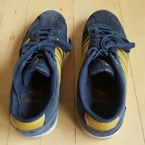 Flotte sneakers str. 45  Mørkeblå med gule striber.