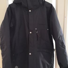 Fin og praktisk outdoor jakke fra svenske Didriksons. Vand og vindtæt. Brugt én gang på en vandretur, ellers som ny. Normal i størrelsen (M).