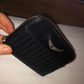 Sælger denne Zadig & Voltaire pung. Den er i super fin stand. Det eneste slidtage der forekommer er lidt på lynlåsen og logoet. Nypris cirka 700 kr. Kom med et bud!