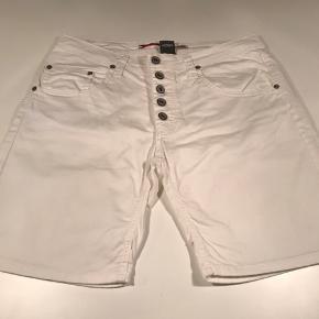 Sælger mine shorts fra Please, da de er for store :-) Brugt to gange og fremstår som nye :-)