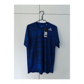 God trænings t-shirt fra Adidas i en lille str L som passer en M bedst.