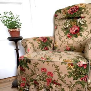 Meget elegant og blød lænestol med gammeldags blomster mønster. Man sidder super godt i den og er perfekt til 'den dybe samtale', som min roomie og jeg har brugt den til ;) Sælges desværre pga pladsmangel :( Jeg købte den brugt for 1200kr på et loppemarked, så jeg ved ikke hvor den stammer fra.  🌸Købt på et loppemarked for 1/2 år siden. 🌿Brugt, dog uden slidtage eller brugsmærker.  🌻Købt brugt for: 1200kr. 🌊Kan hentes på Strandboulevarden på Østerbro på 3.  Sal. Der er hjul på stolen, så den kan transporteres. Jeg hjælper gerne med at løfte den ned ad trapperne.  ⭐️🌱⭐️