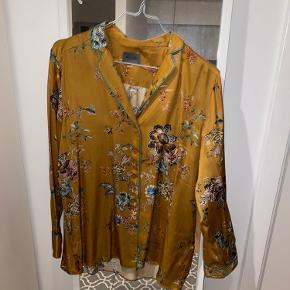 Rust/ guld farvet skjorte med blomster detaljer