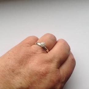Sød ring i sølv 925.  Indvendig diameter: Lige knap 1,8 cm.  Stemplet: 925 HHN ( hans henrik nygaard)