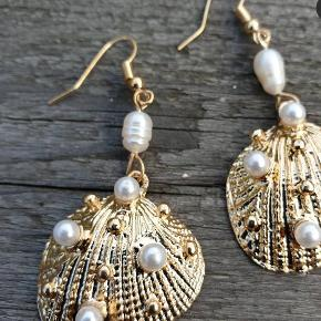 Smukke øreringe med ferskvands perler med muslinger.  Har dem også i sølv  Se flere smukker under profil.