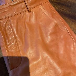 Oprydnings salg - smukke skind bukser fra Zara i den flotteste farve - har brugt meget men har mange timer i sig endnu.....