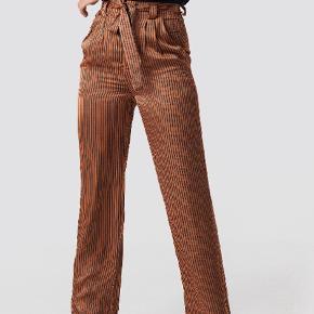 Brugt 1 gang   Fedt sæt bestående af jakke/skjorte og bukser
