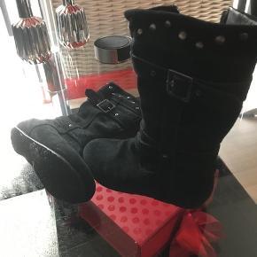 Støvlerne er købt på trendsales, under (som ny), men nu kan man se, at en støvle er syet inden i..