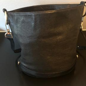 Mulberry taske. Kan justeres i rem lang/kort. Guld spænder dustbag medfølger. Har ikke kvittering. model: Jamie