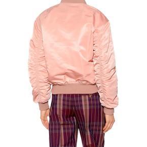 Sælger Acne Bumber jakker Har ik nogle mp, så er åben over for bud Svare kun hvis man skriver privat:)