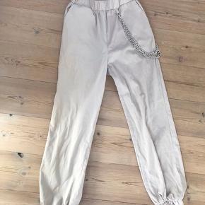 Anna Nooshin x NA-KD - Chain Detailed Puffy Pants i farven beige. Aldrig brugt