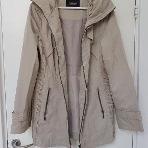 Funktionel Junge jakke til vind og regn i str. 40 / M. Har en skjult hætte.