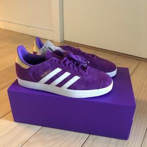 Sælger disse sygt fede Adidas gazelle sneaks, i en str 39/3. De er helt nye stadig med tags! Er åben for bud, så byd bare:))