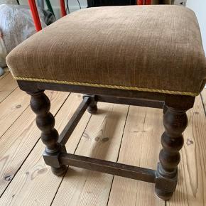 Vintage skammel- brugt som makeupbords siddestol. I god stand og ingen skader. Kan afhentes på Østerbro