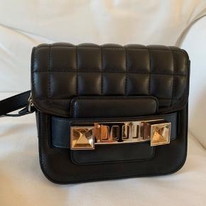 Jeg sælger den mega flotte Proenza taske i modellen ps11 tiny, da jeg ikke får den brugt!   Den er købt på Vestiaire og deraf verificeret.   🖤🖤🖤