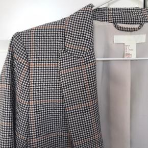 Ternet blazer fra H&M Brugt 2 gange Str. 34 Kom gerne med bud😊