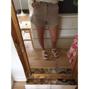 Sælger disse efterhånden vintage ZARA shorts i den fineste fløjl (virkelig god kvalitet). Str m. Så fine på. Brugt, men stadig i god stand.  #trendsalesfund