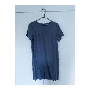 Brugt en enkelt gang og vasket derefter. Fin grå enkel kjole med lommer