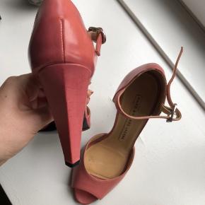 Marc Jacobs heels str. 35. Dog en stor str. 35. Jeg bruger 36 og passer dem fint.  I fin stand, se billederne for standen