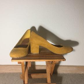 Super lækre højhælede sko i mørke gul ruskind fra Bianco. Nærmest ikke brugt.
