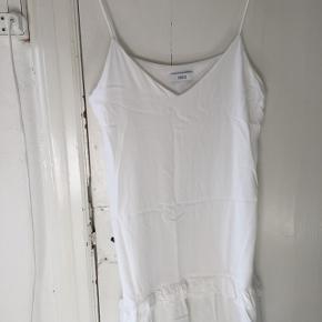 //hvid sommerkjole i let materiale//spagettistopper og flæse detalje //går til mit på låret på mig som er 175
