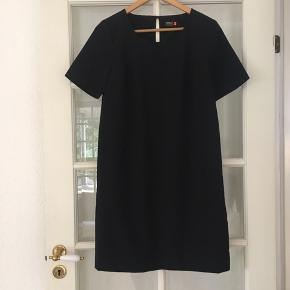 🌸 Fin løs kjole str. 38 Har lommer foran.  Aldrig brugt.   Kan hentes i Odense sv eller sendes mod betaling af Porto :)