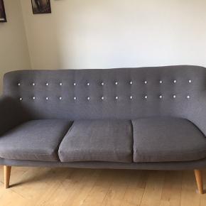 Flot 'Anne' sofa fra Sofakompagniet. Den er 182 cm bred og 80 cm høj. Nypris 4.999 kr.   Jeg købte sofaen brugt for ca et år siden og den var ca 6 mdr gammel da jeg fik den. Sofaen var stort set ikke brugt og jeg har heller ikke brugt den vildt meget. Så den er nærmest som ny!  Jeg sælger den da jeg skal flytte og ikke har brug for en sofa længere.   Skal afhentes lige ved Nørrebro st.
