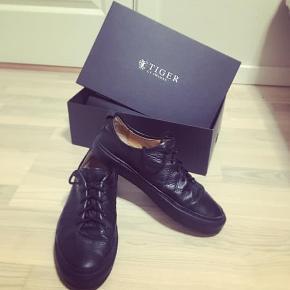 Super lækre læder sko, samtidig med de er passet og plaget og er i en virkelig god cond  Str. 42 men fitter str. 44 Cond: 8/10 (Net pris. 1700,-) Pris. 600,-