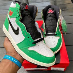 Nike Air Jordan 1 Retro High OG WMNS (Lucky Green)  Vundet i raffle ved EndClothing  Str. 40 Cond: DSWT Mp: 2000kr Bin: 2400kr  (Kun realistiske bud)  🔴 Sælger kun hvis det rette bud kommer 🔴  -Tager ingen trades-  Kan mødes i Aalborg og omegn eller sendes med fragten, dao, gls eller postnord