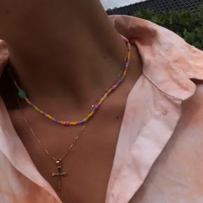Sælger disse halskæder, som jeg selv laver i hånden. 🤍💛💜🧡  Sælger for 180kr. Inklusiv fragt🤗  Skriv en besked og jeg laver en til dig🌸  Har alverdens farver!
