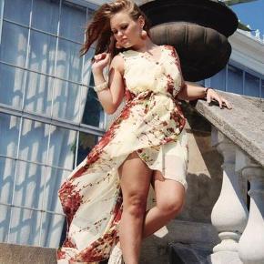 Smuk asymmetrisk kjole fra Rare London i chiffon. Kort underkjole og aftageligt bindebånd i taljen.  Lidt stor i str.