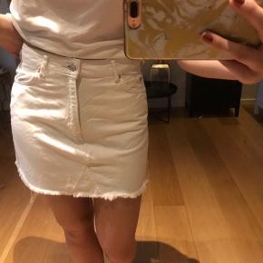Fin hvid denim nederdel fra Mango. Stort set ikke brugt