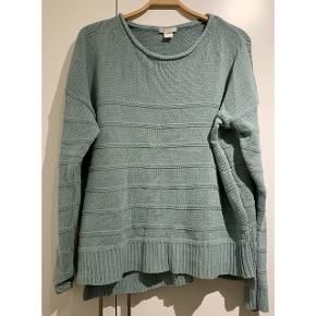 Skøn strik sweater fra H&M 💚   - god men brugt (lidt stiv og nusset af vask) - flot støvet grønlig farve  - str. L - 60% bomuld og 40% akryl   Se også mine andre fine annoncer. Sælger billigt ud og giver gerne mængderabat 🌟