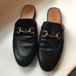 Gucci Princetown slippers i rigtig fin stand. Da jeg selv har købt dem brugt, har jeg desværre ikke den originale kvittering - prisen er sat derefter.  De er en størrelse 37, men passer en str. 36.  Kan selvfølgelig ses før eventuelt køb 🌸