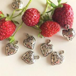 Søde jordbærcharms.  Tag en enkelt til din halskæde eller flere til at dele med veninderne eller lave smykker selv, fx, øreringe, vedhæng, taskepynt, eller....?  Er selvfølgelig nikkelfrie iflg. EU-standard.  Rigtigt gode mængderabatter, fx: 1 stk. 30 kr. 2 stk. 35 kr. 5 stk. 50 kr. 10 stk. 75 kr. 25 stk. 150 kr. = kun 6 kr. stykket. + evt porto.  Kan afhentes på Frederiksberg.