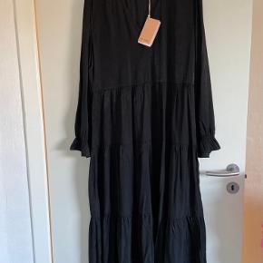 Helt ny kjole, super fin pasform. Passer både en M og L, den er desværre lidt for stor til mig, derfor sælger jeg den. Skriv for flere billeder - kommaerne med bud