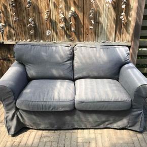 Grå 2 personers sofa fra IKEA. 1 år gammel og i meget fin stand  Bredde: 179 cm Dybde: 88 cm Højde: 88 cm Siddedybde: 49 cm Siddehøjde: 45 cm  Kom med et bud:)