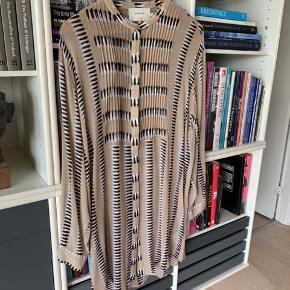 Smuk skjorte. Aldrig brugt, kun lige vasket. Desværre købt for stor.