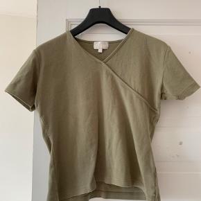 Virkelig fin trøje som jeg har købt brugt, der er ingen pletter eller synlige tegn på slid, andet end at den er blevet vasket en del 😊  Byd gerne, køber betaler fragt