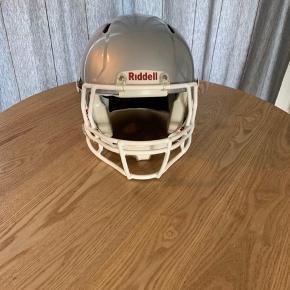 God hjelm, kun brugt i et halvt år. Den har meget få skrammer, og står derfor næsten som ny.