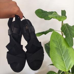 Flot og klassisk espadrillos sandal med kilehæl fra Billi Bi med en hæl, der er lavet er lavet i bast og et overstykke, der har krydsende elastisk remme. Super dejlig sandal både til hverdag og fest i farven sort str. 37 👡  Hælhøjde ca. 8 cm. - plateau på ca. 1 cm.   Byd gerne kan både afhentes i Århus C og sendes på købers regning 📮✉️