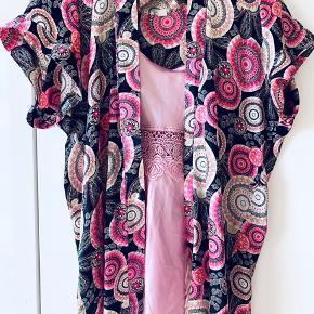 Flot nattøj sælges Nattøj består af natkjole, bælt og kimono Brugt men stadig fin Mp kun 50kr det hele  Natkjole: 65 cm Kimono: 85 cm