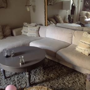 Fedt sofabord med skuffe Grålig i farven. Har en del patina, så kan med fordel males hvis det ikke ønskes