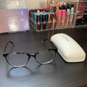 Calvin Klein læsebriller sælges. Styrke +1 på begge øjne. Står fuldstændig som nye uden ridser eller fejl. Etui og kvittering medfølger.