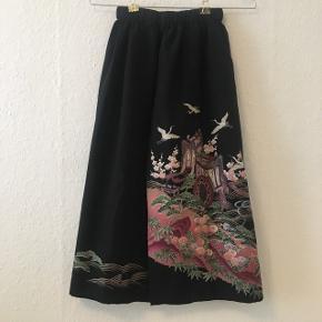 Unik Nederdel syet af autentisk japansk kimono, købt i Kyoto, Japan. Printet er så smukt! Købt for hvad der svarer til omkring 600 kr   Nypris: 1135 hos Zalando. Polyester  ❕annonce slettes når varen er solgt!  🤍 Jeg giver gratis fragt ved køb af to eller flere varer, så længe den samlede pris er på 100kr eller derover!
